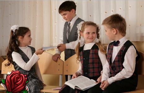Pregătiți-vă pentru școală! Uniformă școlară pentru băieți și fete